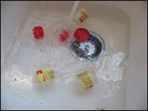 Laissez tremper vos pots d'épices dans l'eau chaude afin d'enlever les étiquettes et la colle.