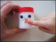 Appliquez de la colle et les yeux, le nez et la bouche sur un autre « bloc ».
