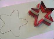 2. Dessinez deux étoiles (ou trichez comme moi et tracez un emporte-pièce) sur un papier