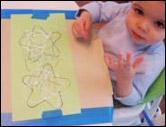 3. Décorez les étoiles avec les crayons ou les crayons-feutres.