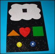 Invitez les enfants à apposer les autocollants et à coller les boutons sous le nuage.