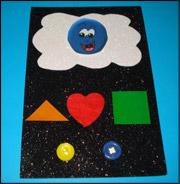 Fixez le côté opposé du Velcro derrière le bonhomme sourire afin que les enfants puissent l'apposer sur le nuage après avoir pressé les boutons en guise de symbole positif.