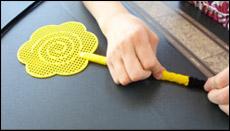 Encouragez les enfants à presser les cure-pipes vers le bas à chaque fois qu'ils en ajoutent un.