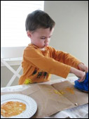 Utilisez l'éponge pour peinturer les pétales.