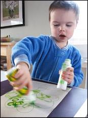 Demandez aux enfants de peinturer ou colorier le trèfle.