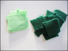 Pendant qu'ils peinturent, découpez le papier de soie et la feutrine en petits morceaux.