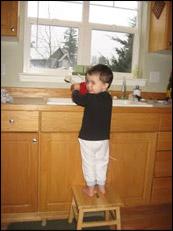 Essayez, essayez, et réessayez de convaincre l'enfant de quitter l'évier de cuisine et de venir compléter le projet avec vous...