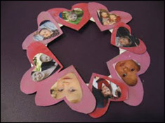 Collez les cœurs sur l'assiette de papier.