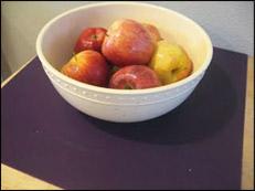 J'ai déposé un napperon en plastique et un bol de fruits sur la couronne pour l'aplatir.