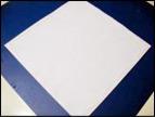 4. Appliquez de la colle sur le contour du papier blanc.