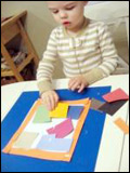 6. Invitez les enfants à ajouter de la colle à l'intérieur du cadre.